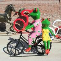 泸州创意抽象骑车青蛙雕塑 玻璃钢园林景观青蛙摆饰